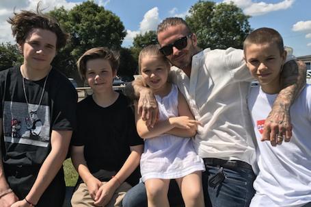 Дэвид и Виктория Бекхэм показали, как сильно повзрослели их четверо детей! Фото