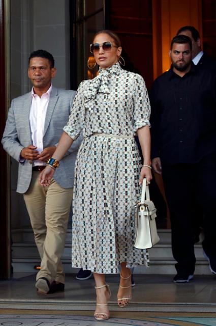 Дженнифер Лопес в шелковом платье в ромб сразила Францию элегантностью. Фото