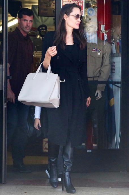 Похорошевшая Анджелина Джоли щеголяет по Лос-Анджелесу в модном наряде! Фото