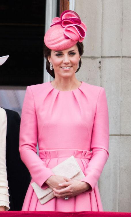Кейт Миддлтон с дочерью Шарлоттой надели роскошные платья в розовом цвете. Фото