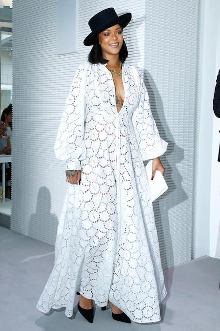 Поппи Делевинь и Рианна диктуют моду на белые платья с перфорацией. Фото