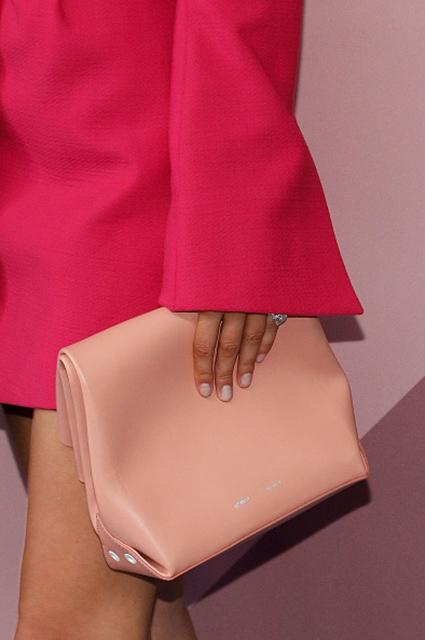 Белла Хадид на премии CFDA-2017 блистала в розовом пальто на голое тело! Фото