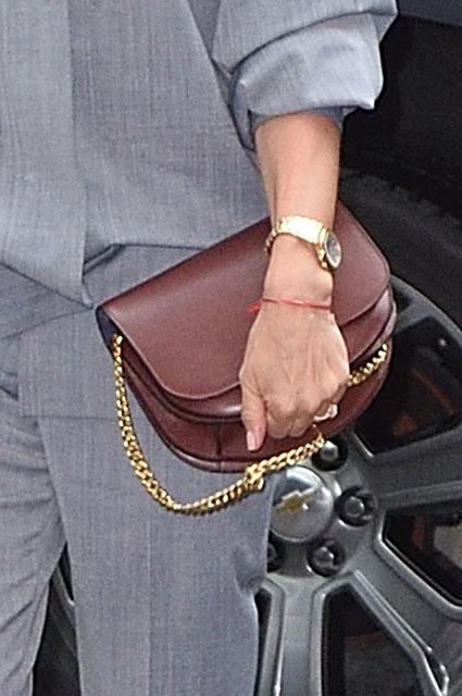 Серый и бордо: Виктория Бекхэм показала элегантный образ в деловом стиле. Фото