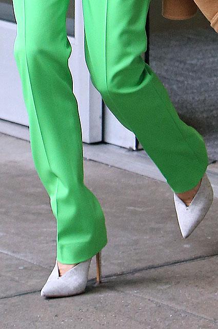 Мир перевернулся: Виктория Бекхэм в ядовито-зеленых брюках и оранжевом свитере! Фото