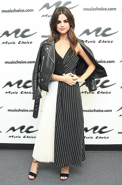 Притяжение контраста: Селена Гомес в ахроматическом платье на съемках шоу. Фото