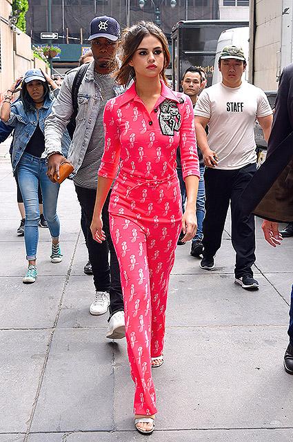 Кошки и попугаи: Селена Гомес очаровала розовым комбинезоном с милым принтом. Фото