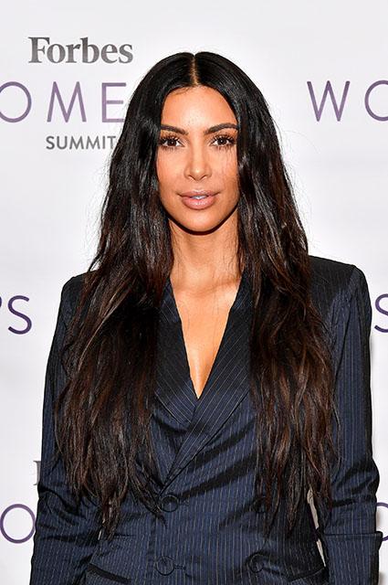 Вот это поворот: Ким Кардашьян примерила деловой костюм в полоску! Фото