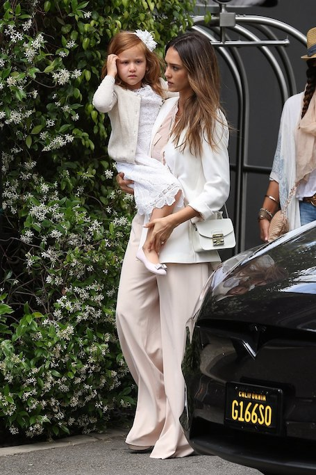 Белый и розовый: Джессика Альба с дочерью похвастались модными нарядами. Фото