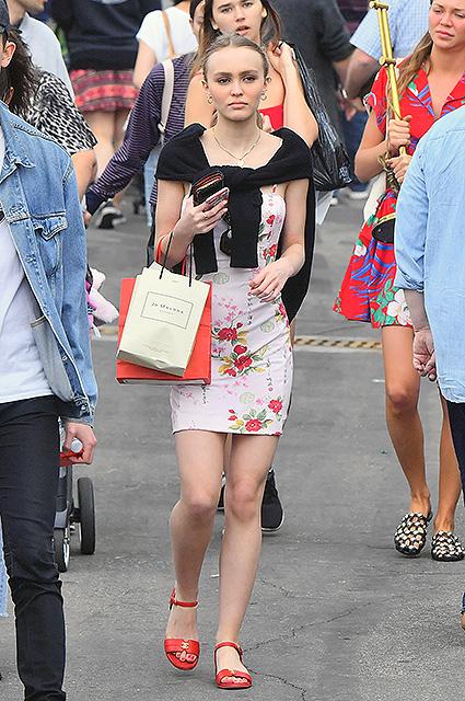 Белое мини и алые цветы — Лили-Роуз Депп прогулялась по блошиному рынку. Фото