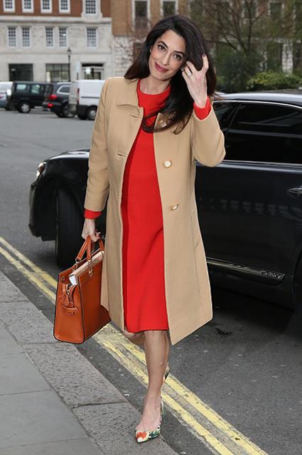 Амаль Клуни стала мамой: лучшие модные образы звезды за беременность. Фото