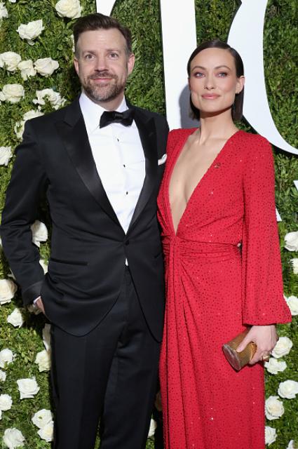 Tony Awards-2017: глубина декольте красного платья Оливии Уайлд ввергла всех в шок! Фото