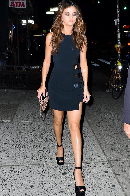 Селена Гомес в черном мини-платье превратилась в модную леди-вамп! Фото