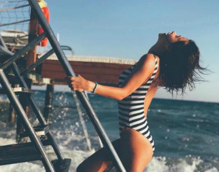 Какие купальники выбирают звездные модницы этим летом? Фото
