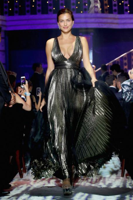 Невероятно: Ирина Шейк впервые вышла на подиум после родов! Фото
