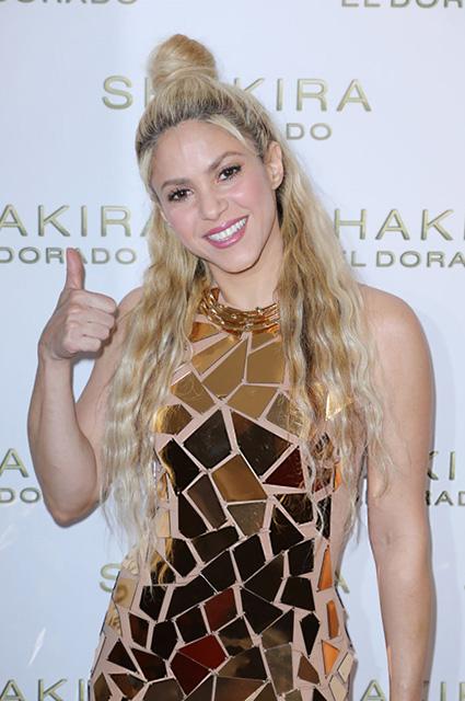 Шакира впервые за долгое время щеголяет в мини-платье из золотых пластин. Фото