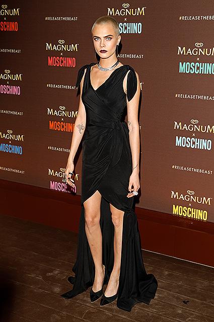 Налысо бритая Кара Делевинь в образе женщины-вамп блистала на рауте Moschino. Фото