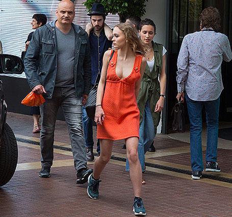 Лили-Роуз Депп в оранжевом мини-платье наслаждается Каннским кинофестивалем. Фото