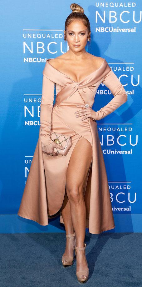 Дженнифер Лопес затмила всех в атласном платье с провокационным разрезом. Фото