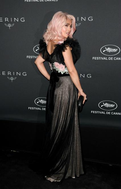 50-летняя Сальма Хайек появилась на Каннах с ярко-розовым цветом волос! Фото