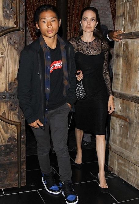 Анджелина Джоли в кружевном мини-платье чудо как хороша и сексуальна! Фото