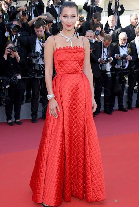 Огненная Леди: Белла Хадид снова надела на Каннский фестиваль алое платье. Фото