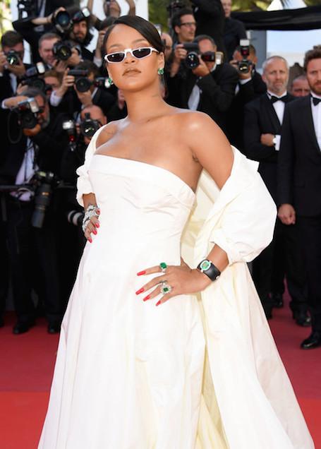 Рианна в белом свадебном платье появилась на премьере в Каннах. Фото