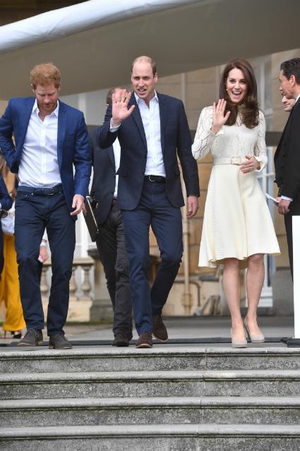 Кейт Миддлтон в кружевном платье цвета слоновой кости посетила дворец. Фото