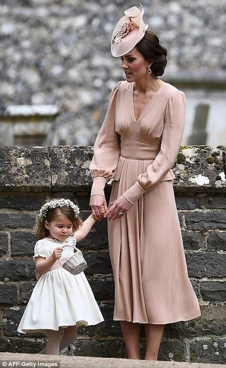 Кейт Миддлтон в строгом пудровом платье Alexander McQueen на свадьбе сестры. Фото