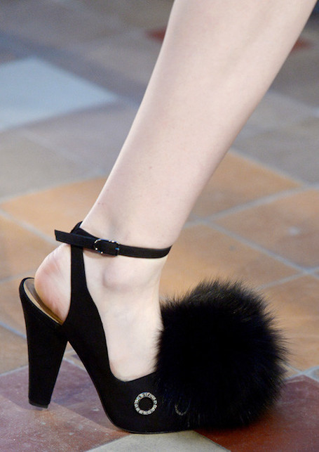 Задорный модный тренд: обувь с разноцветными меховыми помпонами. Фото