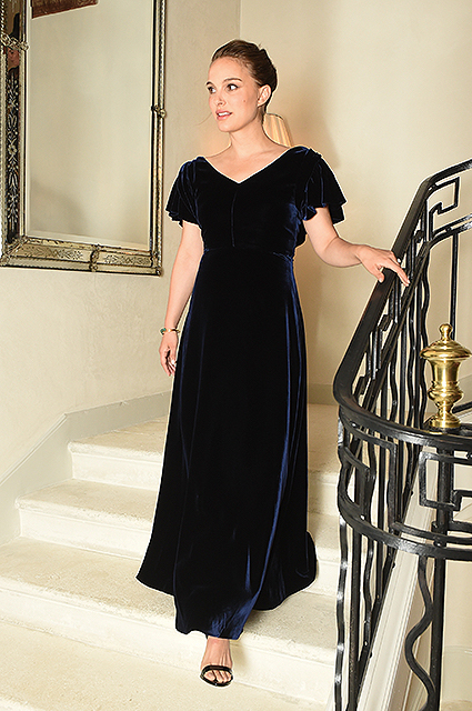 Натали Портман в бархатном платье очаровывает гостей на вечере Dior. Фото