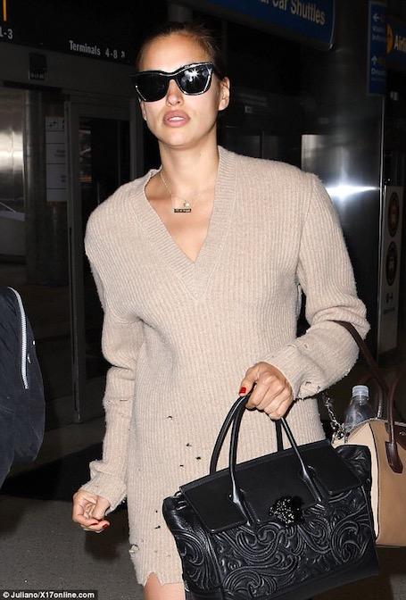 Ирина Шейк в ультра коротком платье-свитере прогулялась по Нью-Йорку. Фото