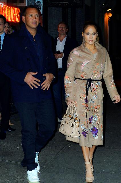 Дженнифер Лопес в бежевом пальто с вышивкой пленила бойфренда красотой. Фото