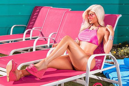 Кайли Дженнер превратилась в безупречную куклу Барби для яркого фотосета. Фото