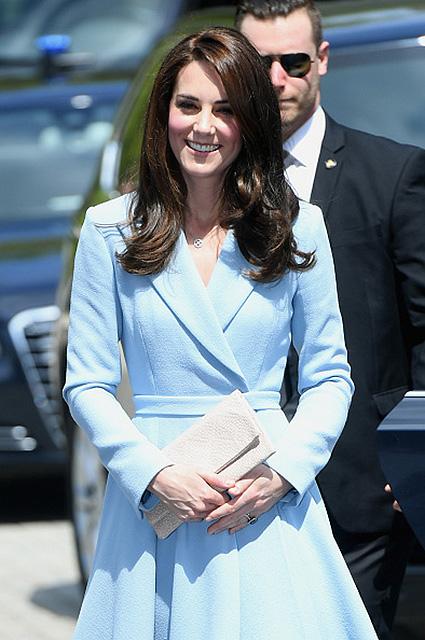 Кейт Миддлтон в классическом небесно-голубом пальто посетила Люксембург. Фото