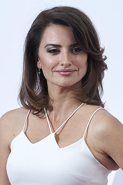 Пенелопа Крус в белом асимметричном платье покрасовалась своей фигурой. Фото