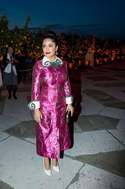 Сальма Хайек в космическом платье цвета фуксии на Венецианской биеннале. Фото