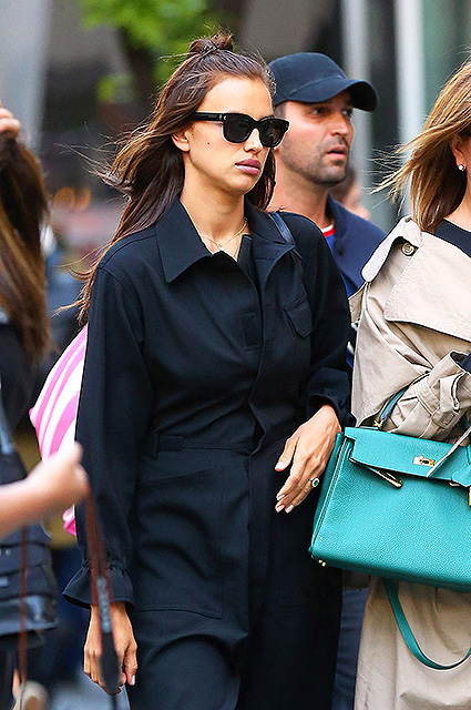 Первый модный образ после родов: Ирина Шейк в черном комбинезоне. Фото