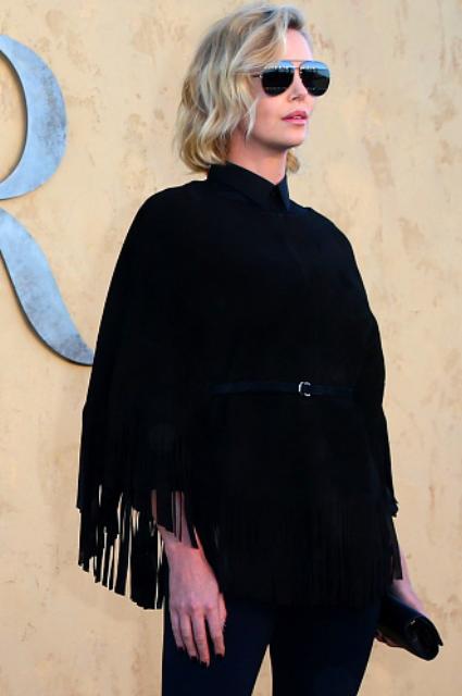 Шарлиз Терон в наряде с бахромой затмила всех на показе Christian Dior. Фото