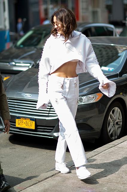 Белла Хадид в Нью-Йорке показала модный образ с акцентом на белый цвет! Фото