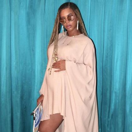 Беременная Бейонсе в обтягивающем платье пришла на встречу с Destiny Child. Фото