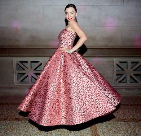 Миранда Керр в женственном платье Oscar de la Renta покоряет Met Gala-2017. Фото