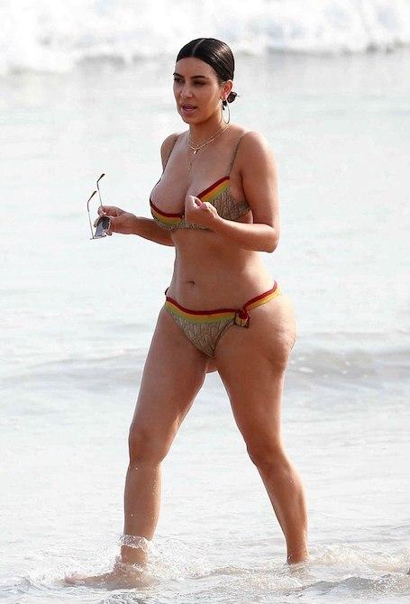 Ким Кардашьян горько рыдала из-за реакции фанатов на ее снимки в бикини. Фото