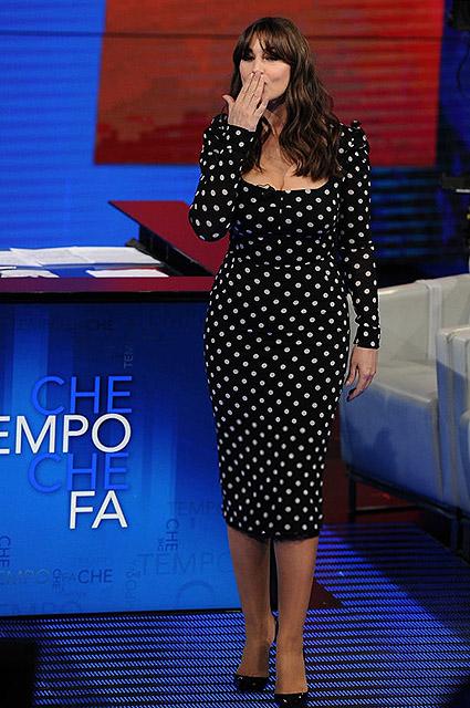 Моника Беллуччи в черном платье на телешоу похвасталась вечной молодостью. Фото