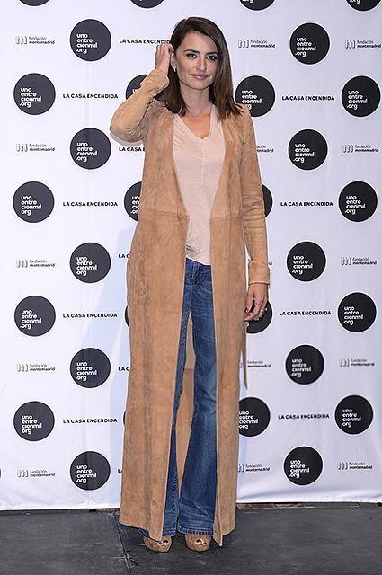 Пенелопа Крус показала в Мадриде модный образ с замшевым пальто. Фото