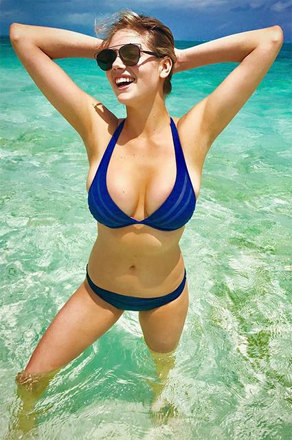 Кейт Аптон соблазняет аппетитными формами в синем бикини. Фото