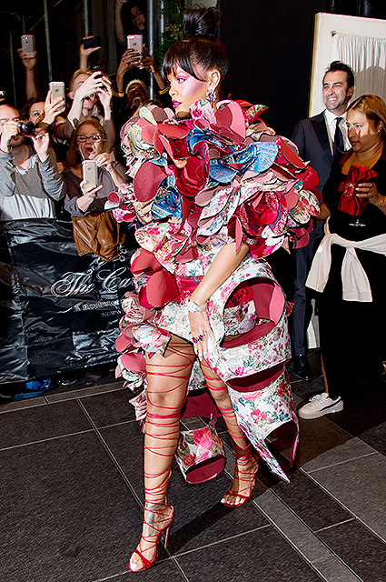 Met Gala 2017: Рианна покорила всех в абстрактном платье Comme des Garзons. Фото