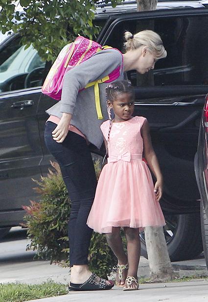 Шарлиз Терон продолжает одевать сына в платья для маленьких принцесс. Фото