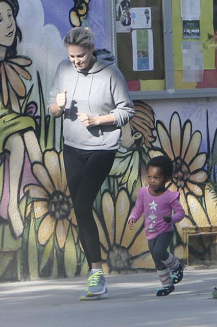 Счастливая семья: Шарлиз Терон на прогулке с дочерью Августой. Фото