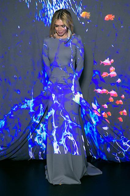 Вера Брежнева в обтягивающем сером платье подчеркнула достоинства фигуры. Фото