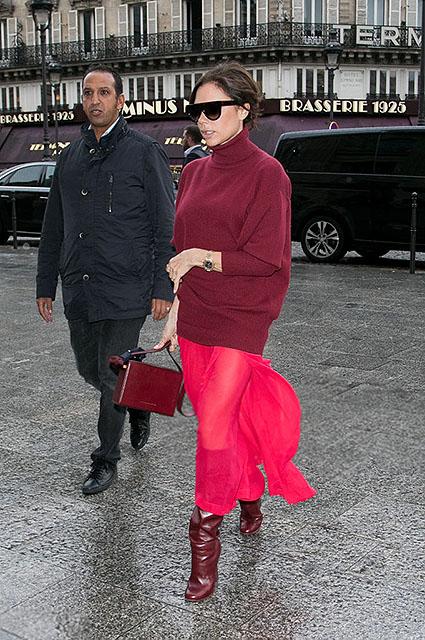 Виктория Бекхэм в Париже носит изысканные наряды в оттенках дорогого вина. Фото